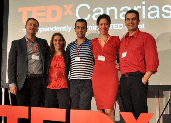 Equipo impulsor (Julio, Yael, Yo, Dácil y Antonio) junto a la representante de DESIC.